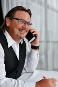 Hubert Mizelli am telefon